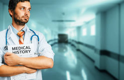 Concepto de la medicina del seguro del cuidado de la gente Doctor de sexo masculino con historial médico Imágenes de archivo libres de regalías