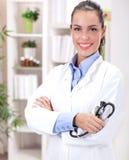 Concepto de la medicina - doctor de sexo femenino sonriente con el corazón y el stethosc imagen de archivo libre de regalías