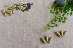 Concepto de la medicina herbaria, fondo de lino fotos de archivo
