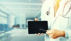 Concepto de la medicina y de la atención sanitaria El doctor Using Digital Tablet en consulta con paciente Foto de archivo libre de regalías