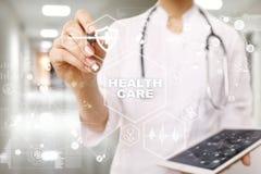 Concepto de la medicina y de la atención sanitaria Médico que trabaja con PC moderna Historial médico electrónico ELLA, EMR Imagenes de archivo