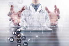 Concepto de la medicina y de la atención sanitaria Médico que trabaja con PC moderna Historial médico electrónico ELLA, EMR Imágenes de archivo libres de regalías