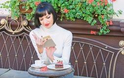Concepto de la mejora del uno mismo Literatura para la hembra Libro de la lectura del café de la bebida de la muchacha Taza de bu imagen de archivo