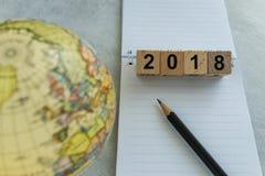 concepto 2018 de la meta del World Travel con número y la pluma de bloques de madera Fotos de archivo libres de regalías