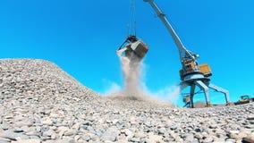 Concepto de la miner?a Una grúa mueve breakstones en un cubo en una mina almacen de metraje de vídeo