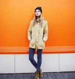 Concepto de la moda de la calle - muchacha elegante del inconformista en la ciudad Imagen de archivo libre de regalías