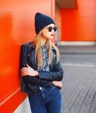 Concepto de la moda de la calle - mujer elegante en estilo del negro de la roca Imagen de archivo