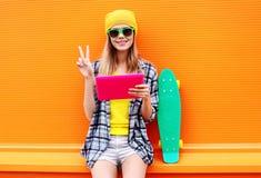 Concepto de la moda y de la tecnología - muchacha bastante fresca elegante Fotos de archivo libres de regalías