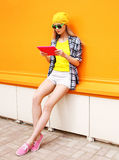 Concepto de la moda y de la tecnología - muchacha bastante fresca elegante Fotos de archivo