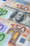Concepto de la moneda del mundo: Primer del europeo y de los E.E.U.U. Curr duro Fotos de archivo libres de regalías