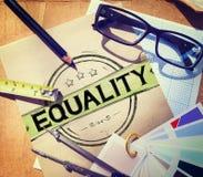 Concepto de la moraleja del igual de la discriminación de la balanza de la igualdad Imagenes de archivo
