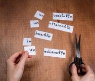 Concepto de la motivación del uno mismo Palabras negativas cortadas con las tijeras fotos de archivo