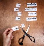 Concepto de la motivación del uno mismo Palabras negativas cortadas con las tijeras imagen de archivo libre de regalías