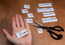Concepto de la motivación del uno mismo Palabras negativas cortadas con las tijeras Fotografía de archivo