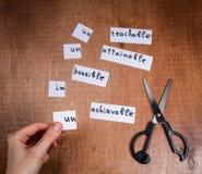 Concepto de la motivación del uno mismo Palabras negativas cortadas con las tijeras imagenes de archivo