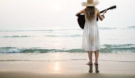 Concepto de la muchacha de señora Rhythm Beach Holiday de la guitarra de la mujer Foto de archivo libre de regalías