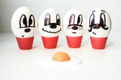 Concepto de la muerte Huevos en un círculo con una yema de huevo quebrada Foto de archivo libre de regalías
