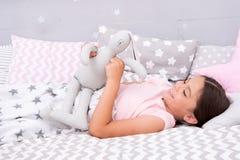Concepto de la nana Maneras de caer más rápido dormido Caiga dormido tan rápido come sea posible Bajan más rápidos dormidos y dor imagen de archivo