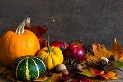 Concepto de la naturaleza del otoño Fruta y verdura de la caída con las hojas de arce en la tabla de madera Foto de archivo