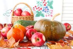 Concepto de la naturaleza del otoño Fruta y verdura de la caída en la madera Cena de la acción de gracias Imagen de archivo libre de regalías