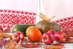 Concepto de la naturaleza del otoño Fruta y verdura de la caída en la madera Cena de la acción de gracias Foto de archivo libre de regalías