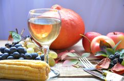 Concepto de la naturaleza del otoño Fruta y verdura de la caída en la madera Cena de la acción de gracias, celebración de la tabl Fotos de archivo libres de regalías