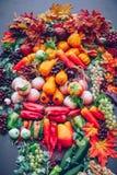 Concepto de la naturaleza del otoño Fruta y verdura de la caída en la madera Gracias Foto de archivo