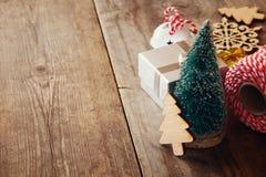 Concepto de la Navidad Árbol de navidad decorativo al lado del regalo Fotografía de archivo libre de regalías