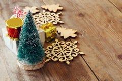 Concepto de la Navidad Árbol de navidad decorativo al lado del regalo Imagen de archivo
