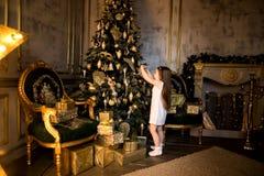 Concepto de la Navidad Año Nuevo Los niños visten para arriba un árbol de navidad Fotos de archivo libres de regalías
