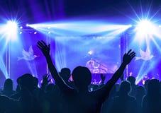 Concepto de la Navidad: La adoración cristiana con la mano aumentada y ruega en el concierto de la adoración imagen de archivo
