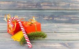 Concepto de la Navidad con el cono del caramelo y los regalos envueltos fotos de archivo