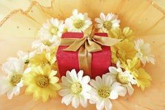 Concepto de la Navidad con la caja y las flores de regalo Imagen de archivo