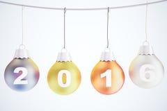 Concepto 2016 de la Navidad con las bolas multicoloras del árbol de navidad encendido Imagen de archivo