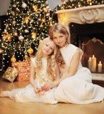 Concepto de la Navidad, de la celebración y de la gente - familia feliz Imagen de archivo