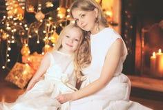 Concepto de la Navidad, de la celebración y de la gente - familia feliz Imagen de archivo libre de regalías