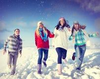 Concepto de la Navidad de las vacaciones de invierno del disfrute de los amigos Fotos de archivo