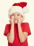 Concepto de la Navidad de las vacaciones de invierno - muchacho en el retrato del sombrero de santa en blanco aislado Imágenes de archivo libres de regalías