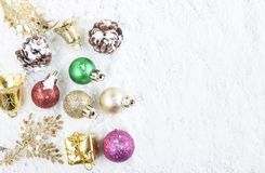 Concepto de la Navidad Decoración de la Navidad en fondo de la nieve Fotografía de archivo