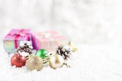 Concepto de la Navidad Decoración de la Navidad en nieve con el backg del bokeh Fotografía de archivo libre de regalías