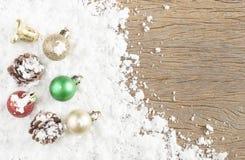 Concepto de la Navidad Decoración de la Navidad en nieve con la parte posterior de madera Foto de archivo
