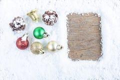 Concepto de la Navidad Decoración de la Navidad en nieve con la parte posterior de madera Fotos de archivo