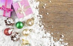 Concepto de la Navidad Decoración de la Navidad en nieve con la parte posterior de madera Fotografía de archivo