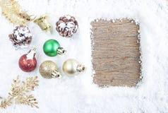 Concepto de la Navidad Decoración de la Navidad en nieve con la parte posterior de madera Imagen de archivo libre de regalías