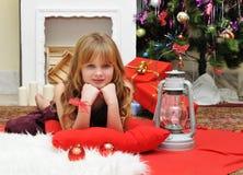 Concepto de la Navidad Muchacha feliz con los regalos por la chimenea Fotografía de archivo libre de regalías