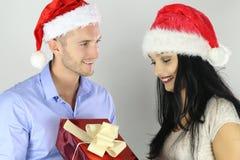 Concepto de la Navidad Novio que ofrece un regalo de la Navidad a su novia foto de archivo libre de regalías