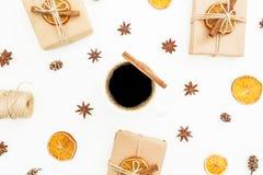 Concepto de la Navidad o del Año Nuevo con la caja de regalo, la taza de café, el anís y la fruta cítrica en el fondo blanco Ende Fotos de archivo libres de regalías