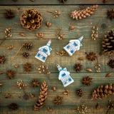 Concepto de la Navidad o del Año Nuevo con los juguetes del árbol y los conos del pino en fondo de madera Endecha plana, visión s Imagen de archivo