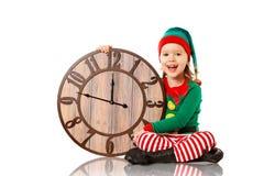 Concepto de la Navidad Pequeño duende con el reloj aislado en blanco fotos de archivo libres de regalías