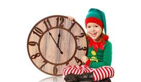 Concepto de la Navidad Pequeño duende con el reloj aislado en blanco fotografía de archivo